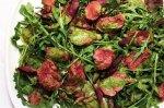 Рецепт теплого салата из баранины с рукколой, свекольными листьями и песто из кинзы и мяты