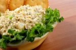 Рецепт салата с рыбой и сухариками