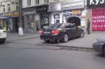 Машина начальника ГУ МВД Лапина паркуется на тротуарах и ездит по встречке