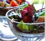 Рецепт зеленого летнего салата с томатами и моцареллой