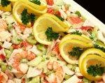 Новогодний рецепт: крабовый салат с креветками и сельдереем
