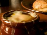 Новогодний рецепт: Луковый суп, запеченный под сырной корочкой