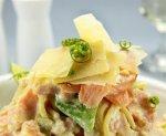 Новогодний рецепт: Салат из копченого лосося с мягким сыром, укропом и лимонным соусом