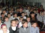 В школе № 5 ученикам младших классов раздали светоотражающие фликеры.