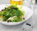 Салат из шпината, щавеля, фризе и водорослей