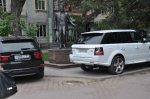 На Пушкинской хозяева престижных иномарок устроили парковку на тротуарах и газонах