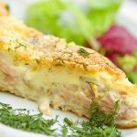 Фриттата с молодым картофелем, копченым лососем и горошком
