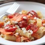 Рецепт: ригатони с обжаренным лососем, помидорами черри и сыром фета