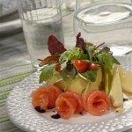 Рецепт: салат из рукколы, мангольда и семги