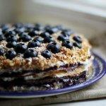 Рецепт: блинный торт с творогом и черникой