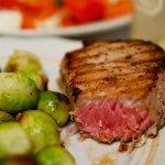 Рецепт: стейк из тунца с гарниром из брюссельской капусты