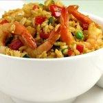 Жареный рис с креветками и сладким перцем