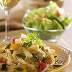 Рецепт: тальятелле с кабачками, чесноком, лимоном и чили