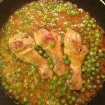 Рецепт: куриные голени с зеленым горошком