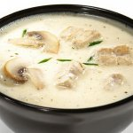 Рецепт: острый суп с курицей, кокосовым молоком и корнем галангала