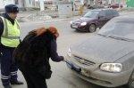 В Волгограде сотрудники ГИБДД заставили водителей помыть номера