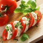 Рецепт: капрезе с моцареллой буффало и зеленым базиликом