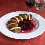 Рецепт: утка с яблоками и брусничным соусом