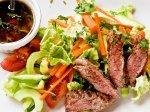 Рецепт: азиатский салат из говядины с кунжутной заправкой