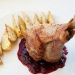 Рецепт: индюшачья голень с печеной картошкой и клюквенным соусом
