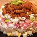 Рецепт: салат с маринованными опятами и ветчиной