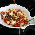 Рецепт: жареные морепродукты с чесноком и томатами