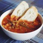 Рецепт: густой томатный суп с лососем, тигровыми креветками и мидиями