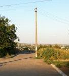 Бетонный столб стоит посреди дороги на Заречном