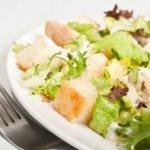 Рецепт: салат из куриной печени с чесночными сухариками