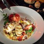 Рецепт: салат с кальмарами, овощами и копченым сыром