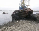 Со дна Мертвого Донца в Ростове подняли затонувшую в 80-ых годах баржу