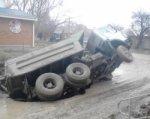 В Таганроге во время ремонта водопровода грузовик провалился под землю