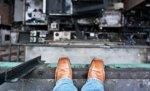 В Волгограде с 8-го этажа выбросился мужчина