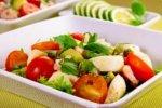 Детский салат с моцареллой и помидорами