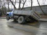 Батайчане метят лужи на дорогах