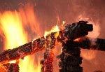В г. Шахты полностью выгорел дом на ул. Парижской Коммуны, нетрезвый мужчина спасся