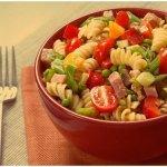 Итальянский салат с ветчиной, сыром и овощами