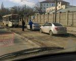 В Ростове автомобилисты, объезжая пробку, застряли на трамвайных путях