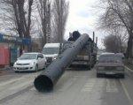 В Батайске КАМАЗ придавило огромной трубой
