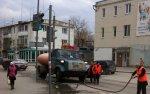 Белокалитвинские коммунальщики моют бордюры в полдень