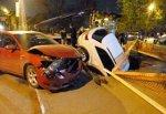 Иномарка провалилась в огромную яму в центре Ростова