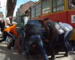 Группа ростовчан пришла на помощь трамваю и перенесла машину с путей