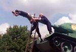На стволе танка едва не повесился житель Ростова