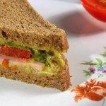 Сэндвичи с гуакамоле, каперсами и копченым мясом