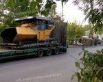 В Ростове асфальтовый каток упал с прицепа во время транспортировкм