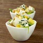 Куриный салат с горгонзолой, печеной грушей и грецкими орехами