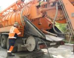 Сотрудники Водоканала обнаружили в канализации чайник и куски асфальта