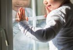 2-летний малыш выпал с 9-го этажа, облокотившись на москитную сетку