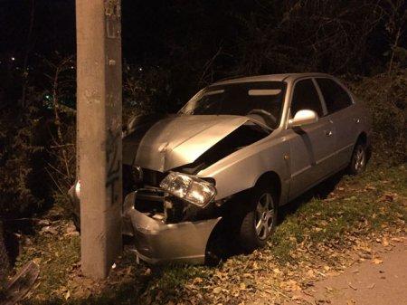 Бросил разбитый Hyundai Accent в Ростове Угонщик, врезавщись в столб