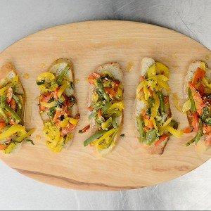 Салат из перца по‑баскски на белых сухарях рецпт